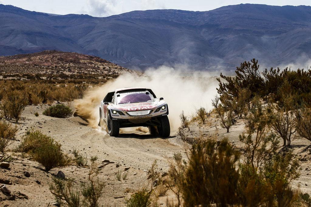 Čtvrtý den Dakaru přinesl týmu Peugeot Total překvapivé vítězství i zdrcující ztrátu