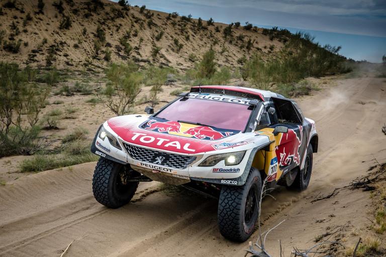Loeb v čele dalšího dvojitého vítězství Teamu Peugeot Total ve chvíli, kdy Silk Way Rally dosáhla své poloviny