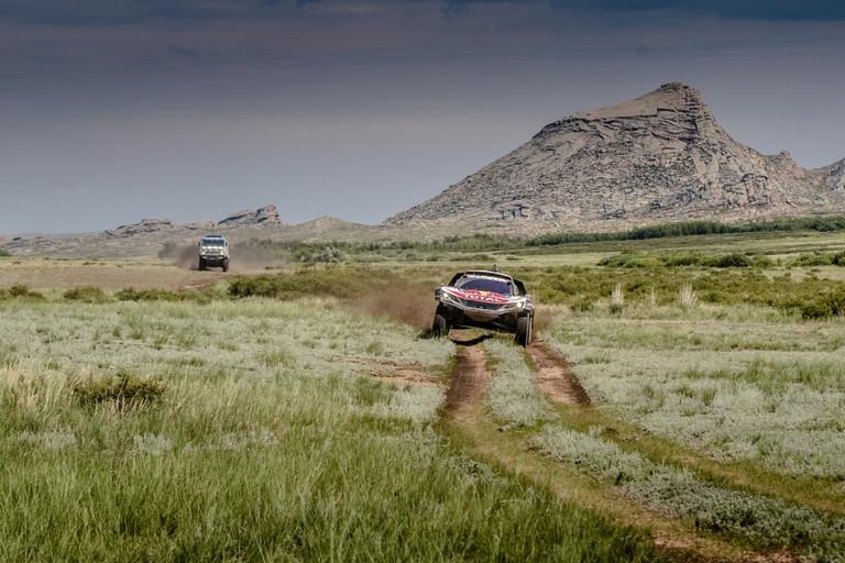 Loeb s vozem DKR Maxi pokračuje ve svém tažení